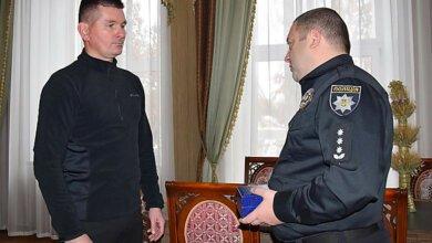 Полиция вручила наградные часы николаевцу, задержавшему грабителя. Видео   Корабелов.ИНФО image 1