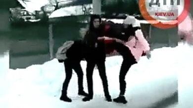Photo of «Одна била, остальные смеялись»: под Киевом школьники снимали, как 9-классница издевалась над сверстницей (Видео)