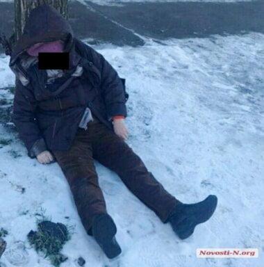 Во дворе жилого дома в Николаеве обнаружили труп женщины