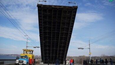 «Вам жизнь ваша дорога?», - беспечные николаевцы массово игнорировали предупреждения при разводке моста | Корабелов.ИНФО image 9