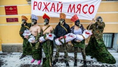 «Рожай мясо»: 23 февраля в России полуголые активистки устроили акцию под военкоматом | Корабелов.ИНФО