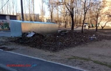 кучам неубранной листвы с мусором - несколько месяцев