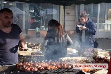 «В лучших традициях»: улица Соборная в Николаеве вновь превратилась в шашлычную и пивную