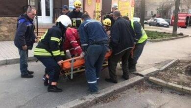 В Николаеве во время ремонта коллектора пострадал рабочий – со дна траншеи его поднимали спасатели | Корабелов.ИНФО image 3