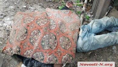 Труп неизвестного, обнаруженный во дворе дома возле Николаевского морпорта, за полдня не могли вывезти в морг   Корабелов.ИНФО image 2
