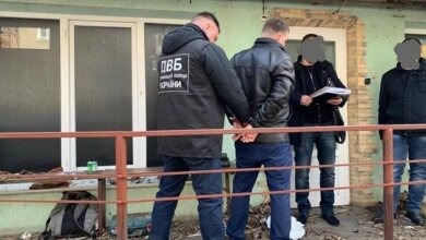 И еще заставлял торговать сигаретами без акцизных марок: в городе Николаеве на взятке в 12 тыс.грн. задержали полицейского   Корабелов.ИНФО