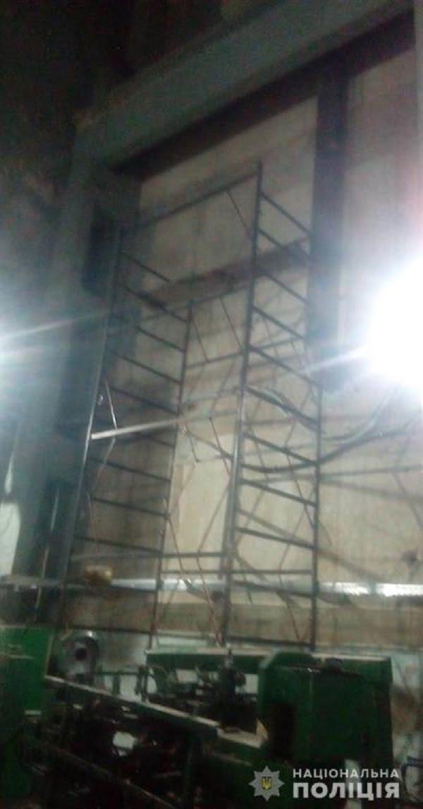 Рабочий завода в Николаеве погиб после падения с высоты – его тело вынесли за забор, где и бросили