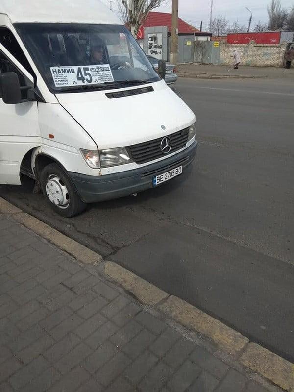 «Когда машины будут проверять перед поездкой?», - в Николаеве женщина едва не провалилась в дыру в маршрутке