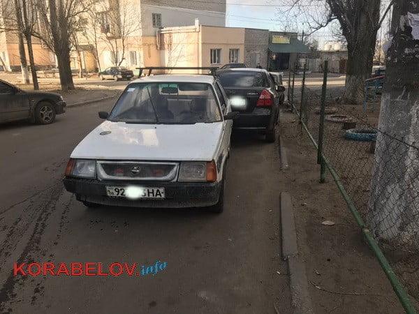 """""""Таврия"""" без водителя задом въехала в """"Шевроле"""", стоящий возле многоэтажки в Корабельном районе"""