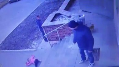 В Ровенской области отец жестоко швырнул 7-летнюю дочь со ступеней магазина - никто не заступился (видео)   Корабелов.ИНФО