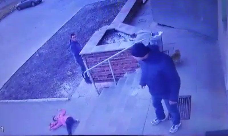 Photo of В Ровенской области отец жестоко швырнул 7-летнюю дочь со ступеней магазина — никто не заступился (видео)