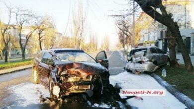 В Николаеве подросток разбил родительскую «Toyota» – автомобиль врезался в столб, в другое авто и загорелся | Корабелов.ИНФО image 1
