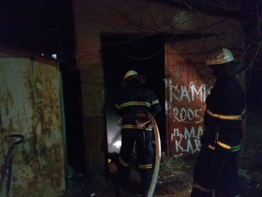 В Корабельном районе горел заброшенный гараж. Спасатели срезали ворота