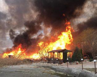 пожар на берегу реки в Корабельном районе