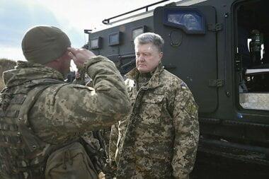 С 1 апреля денежное обеспечение воинов на передовой будет повышено, - обещает Порошенко