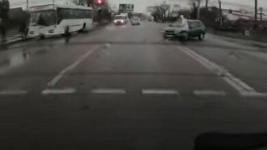 В Корабельном районе «Тойота» на пешеходном переходе зацепила девушку в капюшоне (видео) | Корабелов.ИНФО