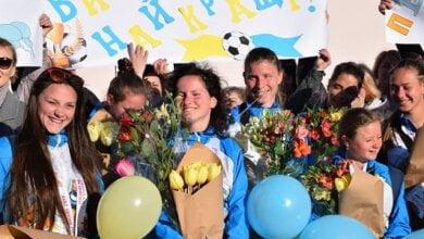 Photo of Николаевские школьницы-футболистки взяли золото Всемирной Специальной Олимпиады в ОАЭ, куда летали с директором интерната
