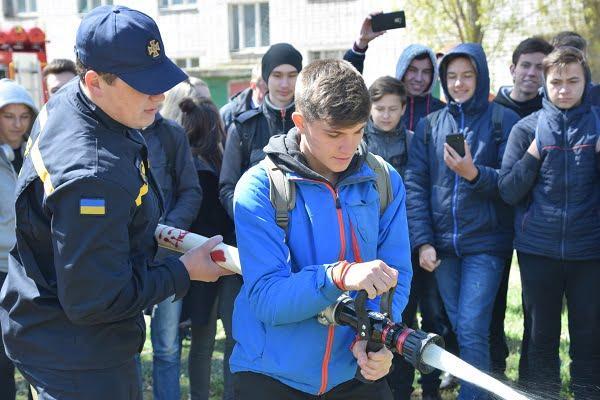 Photo of Учні з Корабельного району власноруч практикувалися гасити пожежі