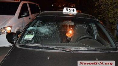 В Николаеве пьяный пассажир разбил стекло и помял дверь в такси — в ответ его избили (видео) | Корабелов.ИНФО