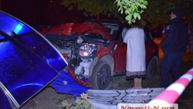 Пьяная дама на Mini Cooper разнесла вдребезги остановку в Николаеве   Корабелов.ИНФО image 2