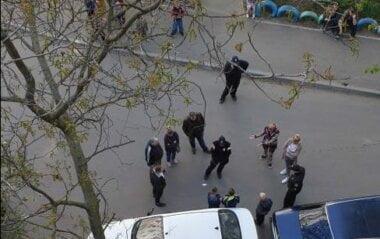 возле машины - подростки-хулиганы