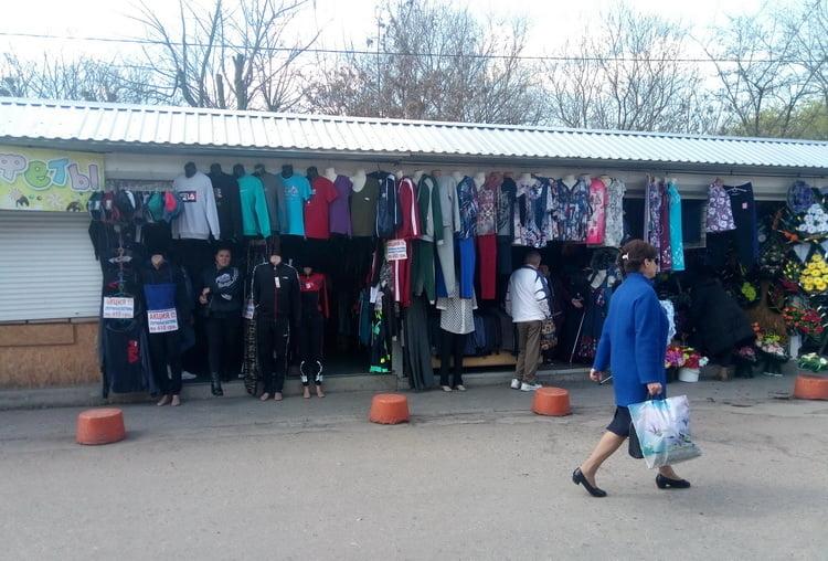 """Photo of """"На меня наорали, мол, надо было подороже брать костюм…"""": на рынке в Корабельном районе торгуют некачественным товаром"""