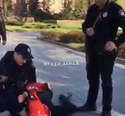 Николаевские патрульные применили силу к подростку, катающемуся на велосипеде по тротуару (видео) | Корабелов.ИНФО