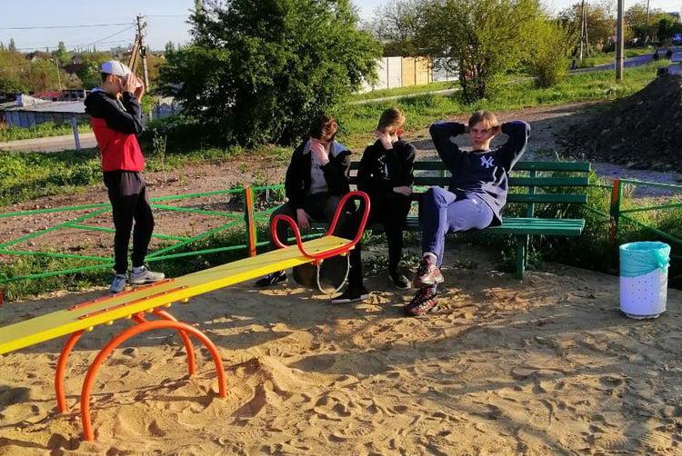 Photo of «Курили на детской площадке и хамили в ответ на замечания», — жительница Корабельного района опубликовала фото задиристых подростков
