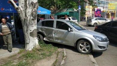 В Николаеве «Волга» протаранила «Опель» — автомобиль вылетел на летнюю площадку кафе | Корабелов.ИНФО image 1