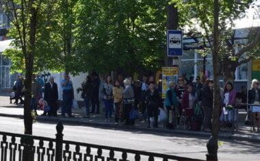 """люди на остановке (фото """"Новости-Н"""")"""