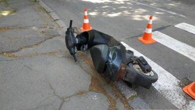 Несовершеннолетний на мопеде в Николаеве сбил женщину на переходе – обоих с места ДТП увезла «скорая»   Корабелов.ИНФО image 1
