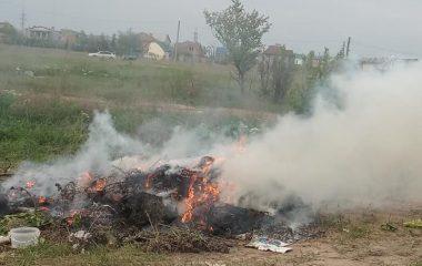 сжигают мусор у кладбища в Корабельном районе