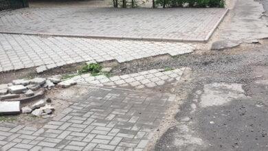 разрушенный тротуар возле остановки в Корабельном районе