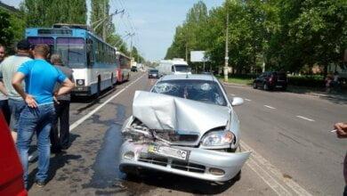 Lanos въехал в минивэн в Николаеве: госпитализирована пассажир, движение троллейбусов заблокировано | Корабелов.ИНФО image 1