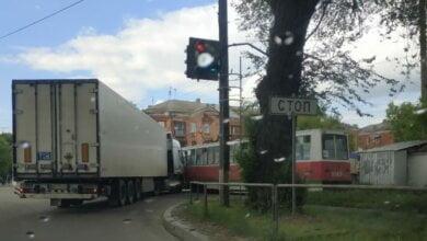 """""""Фура"""", ехавшая со стороны Корабельного района, при повороте врезалась в трамвай: оба водителя утверждают, что ехали """"на зеленый""""   Корабелов.ИНФО image 1"""