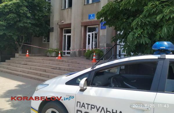 """Photo of Люди матерились и уходили из администрации Корабельного района, закрывшейся из-за """"минирования"""" на несколько часов"""
