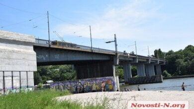 Патрульные спасли самоубийцу, пытавшегося спрыгнуть с Ингульского моста в Николаеве   Корабелов.ИНФО