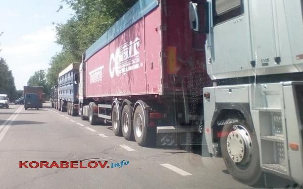 Photo of «Мартышкин труд»: городские власти не знают, что делать с грузовиками, заполонившими Николаев