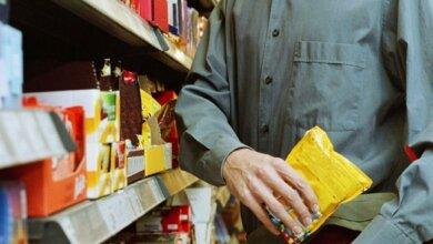 Выбросил, когда за ним начали гнаться: в Корабельном районе николаевец пытался украсть из супермаркета сладости | Корабелов.ИНФО