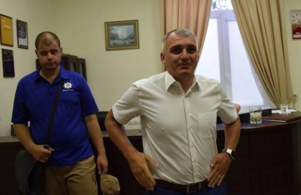 Photo of «Побег-2»: мэр Александр Сенкевич не смог сбежать от николаевцев, требующих остановить стройку в сквере (видео)