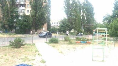 Photo of «Она возмущает!» — жительница Корабельного района — о плохо огороженной детской площадке возле проезжей части