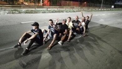 Photo of Николаевцы «катались на банане» по перегону и обрисовали на дороге «горбы Сенкевича» (Видео)