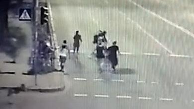 В Киеве компания молодых людей избила полицейского и забрала у него оружие и сумку (видео) | Корабелов.ИНФО