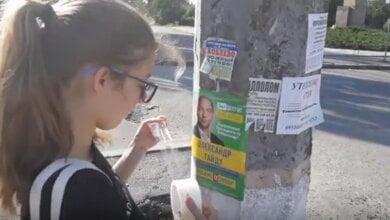 Photo of «Мне деньги заплатили», — дети в Николаеве клеят на столбы незаконную рекламу за кандидата в нардепы (ВИДЕО)