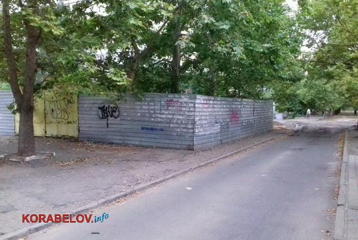 Photo of «Мы его сами сломаем, если власть не зачухается», — жители Корабельного района — о «наболевшем» им заборе, занявшем тротуар
