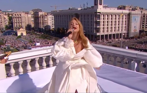 Photo of Тина Кароль на крыше и зажигательный рэп: исполнение Гимна в Киеве превратили в перформанс (видео)