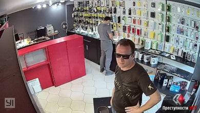 Краденый товар он спрятал в штаны. В Николаеве ищут магазинного вора (видео) | Корабелов.ИНФО
