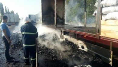 В Витовском районе в прицепе грузовика загорелся уголь | Корабелов.ИНФО