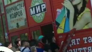 Толпа николаевских «модников» при «штурме» сэконд-хенда выломали двери (Видео) | Корабелов.ИНФО