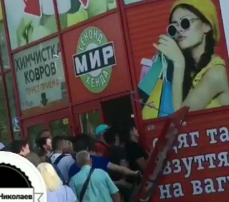 Photo of Толпа николаевских «модников» при «штурме» сэконд-хенда выломали двери (Видео)